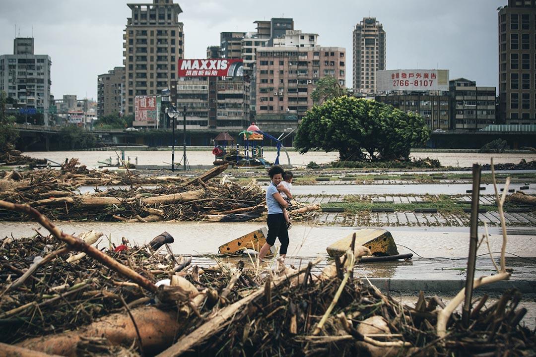 颱風蘇迪羅襲台,中正橋下的綠光河岸公園一片頹垣敗瓦。 攝 : 葉家豪/端傳媒