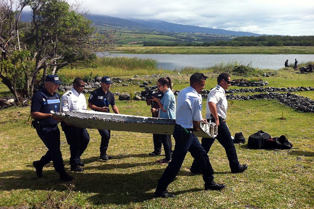 7月29日,調查人員在留尼汪島搬運發現的飛機殘骸。攝 : Yannick Pitou/AFP
