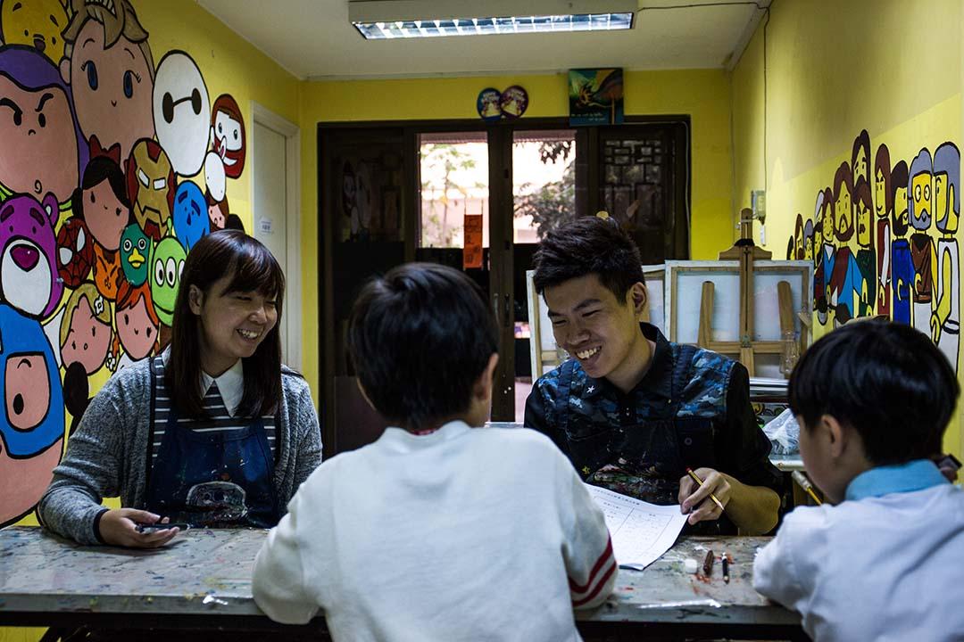 釗Sir與Miss Leung,每天在畫室替孩子補習、教畫,看着孩子在功課堆中掙扎求生,心痛,流淚過後,希望能集結各方力量,為孩子尋求生路。攝:盧翊銘/端傳媒