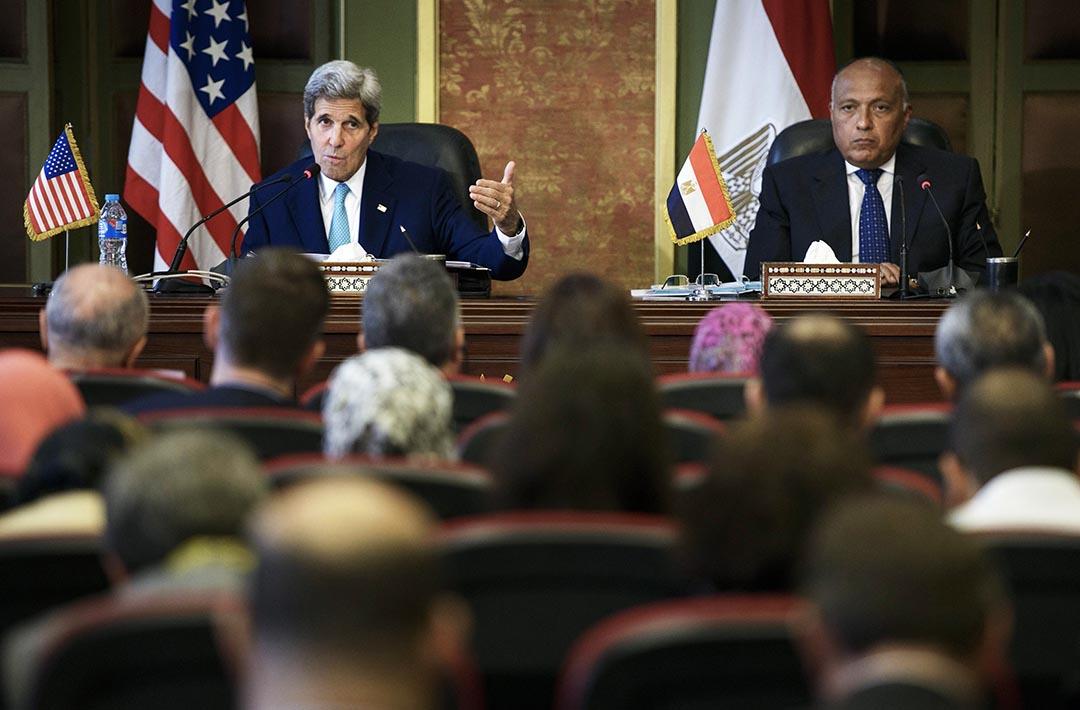埃及外長舒克里(右)於開羅與美國國務卿克里(左)會面,這是兩國6年來第一次戰略對話。攝 : Brendan Smialowski/Pool Photo via AP