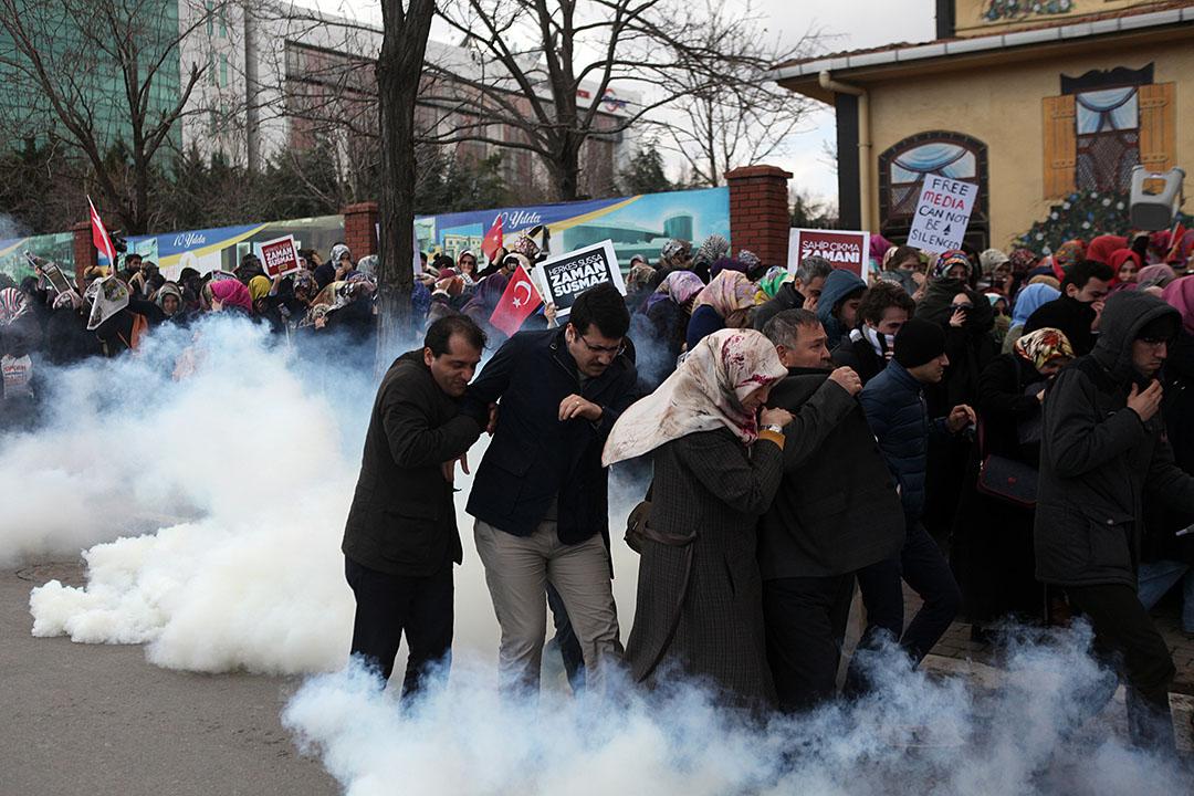 2016年3月5日,土耳其伊斯坦堡,警察施放催淚彈驅散在《Zaman》報總部外集會的示威者,示威者爭相走避。攝:AP