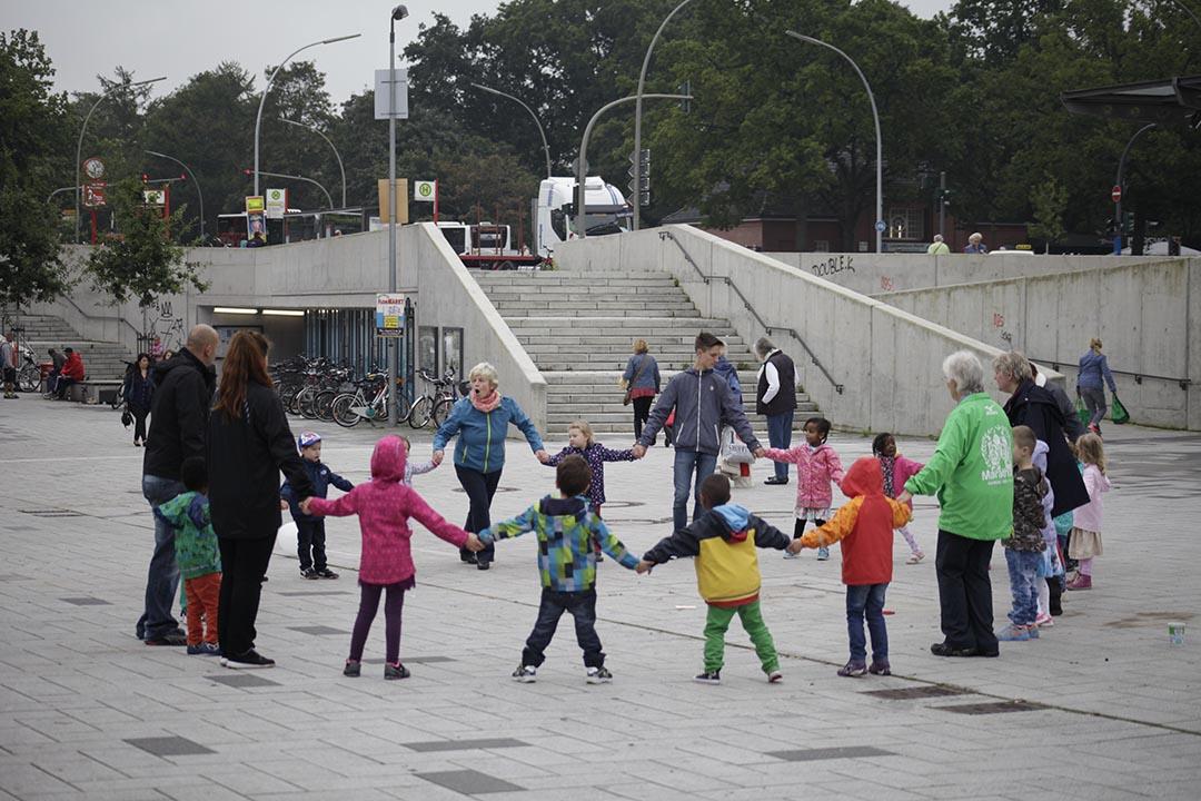 德國從政府到民間都強調代際互動。在「世界腦退化症日」,漢堡市多間長者和兒童NGO合作舉辦活動希望公眾理解腦退化症、鼓勵孩子專注於奶奶爺爺美麗的瞬間。攝: Rosa Maria Rühling
