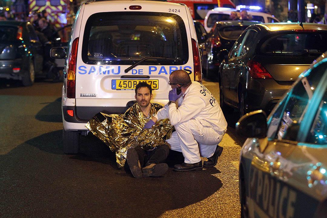 一名傷者坐在馬路上。攝:Thierry Chesnot/GETTY
