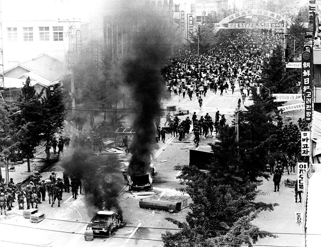 韓國,戒嚴軍一展開鎮壓,光州市民即掉頭逃跑。