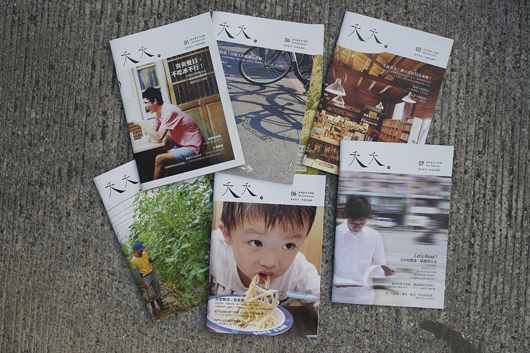 陳夏民與他所出版的夭夭雜誌。攝 : 趙豫中 /端傳媒