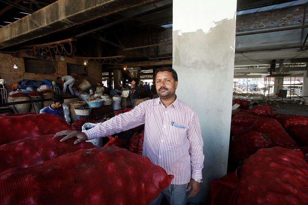 39歲的蔬菜商Sanjay Prasad Chaudhry在冷清的市場裏售賣土豆。攝 : Bikram Rai