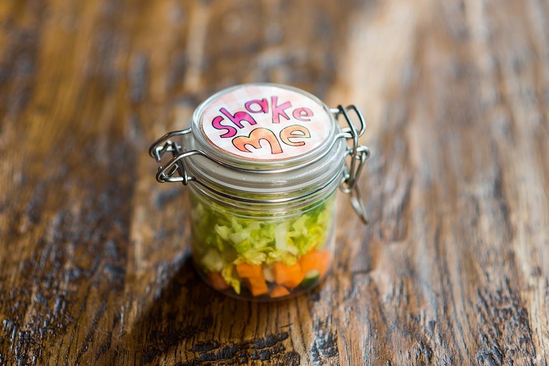 Kids Menu內五款兒童食物,無論叫哪款,都有一瓶Shake me沙律,小小塑膠存氣瓶,載着五顏六色沙律菜,讓小朋友自己Shake Shake,大大增加吃的慾望。攝:LIT MA/端傳媒