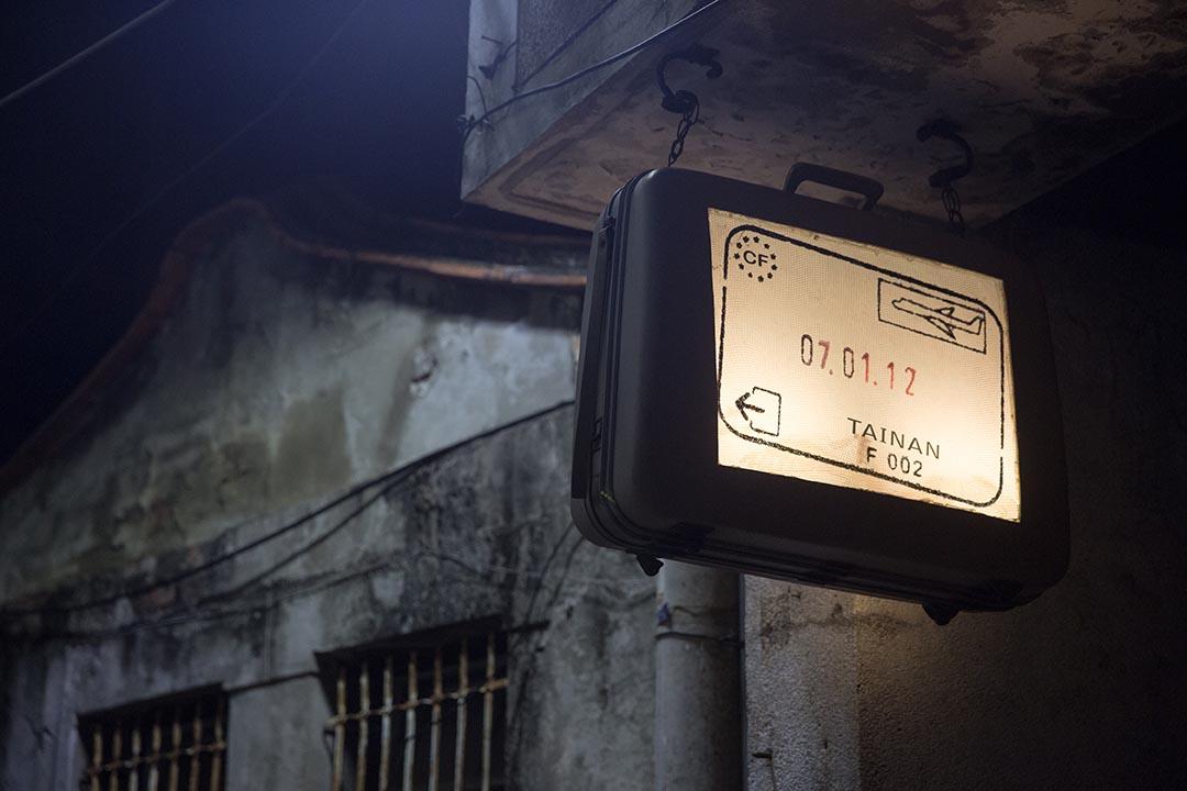 走到哪個角落,處處可見阿勇喜愛旅行的痕跡。攝:張國耀/端傳媒