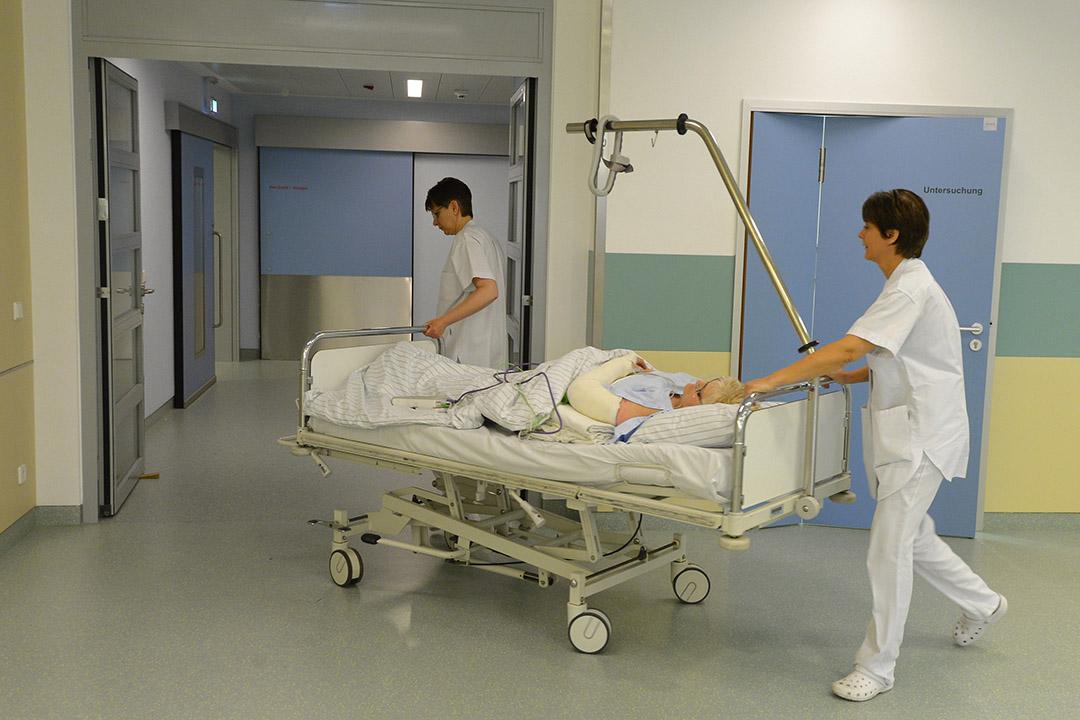 圖為德國柏林的一所醫院,院內的護士正推著病床。攝:Theo Heimann/GETTY