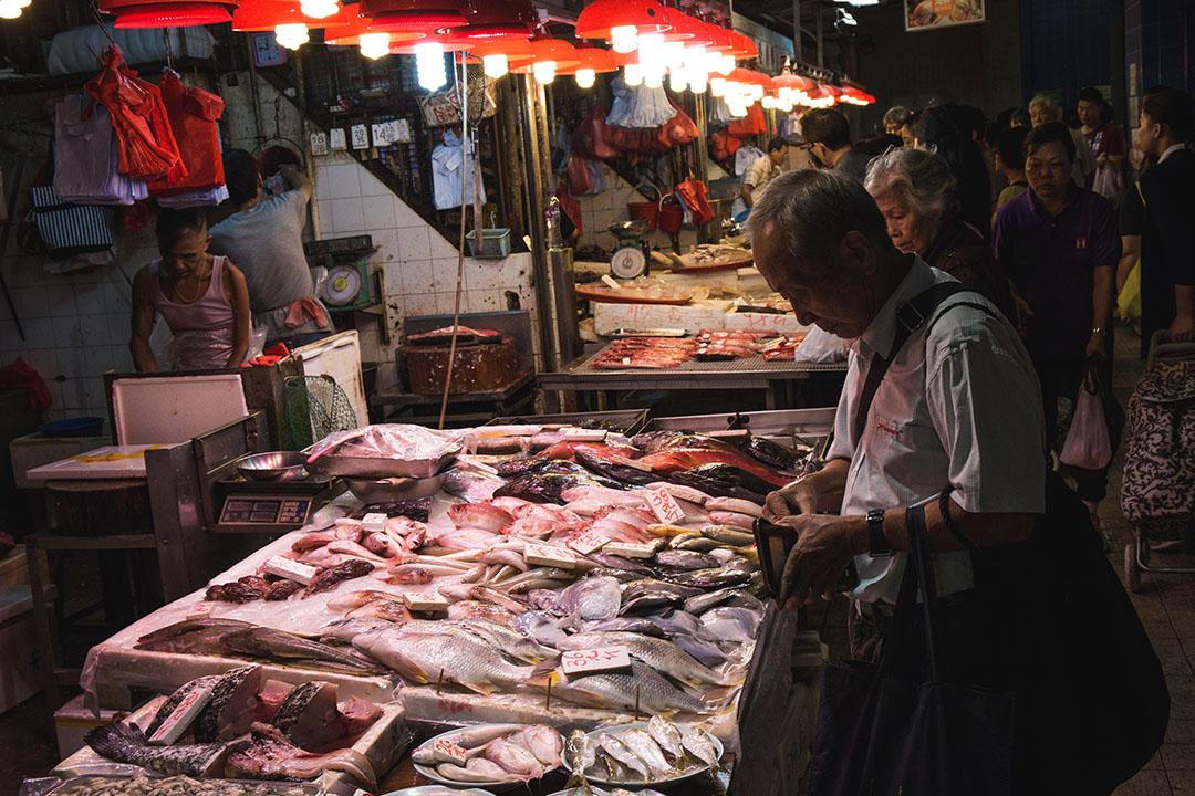 2015年11月16日,香港,市民在街市購買餸菜。 攝:王嘉豪/端傳媒