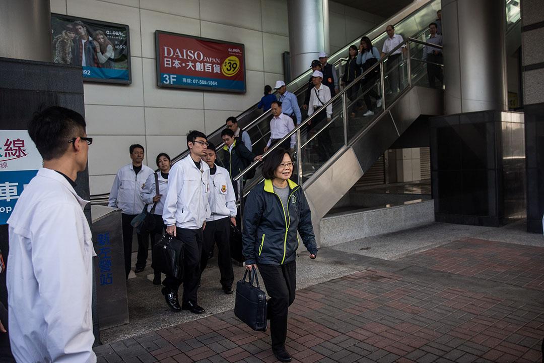 乘坐高鐵抵達高雄後,蔡英文在保安員陪同下步出高鐵站。攝:Billy H.C. Kwok/端傳媒