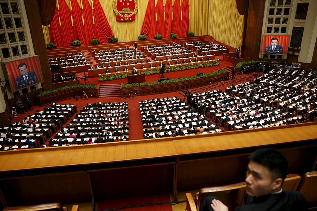 2016年3月5日,中國北京,中國總理李克強在人大會議上發言,一名保安在會場中進行監察。攝:Damir Sagolj/REUTERS