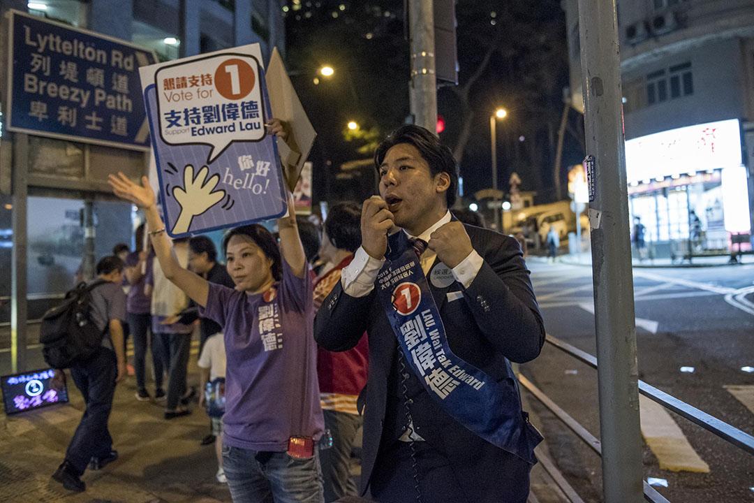 2015年11月22日,參選大學選區的劉偉德晚上在般咸道拉票。攝:Anthony Kwan/端傳媒