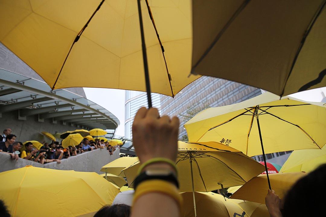 佔領運動後的首次區議會選舉將於11月開始,多個泛民政團大幅減少參選人數,而至少20個傘後組織計劃參選。圖為雨傘運動一週年集會。攝:Vincent Yu/AP Photo