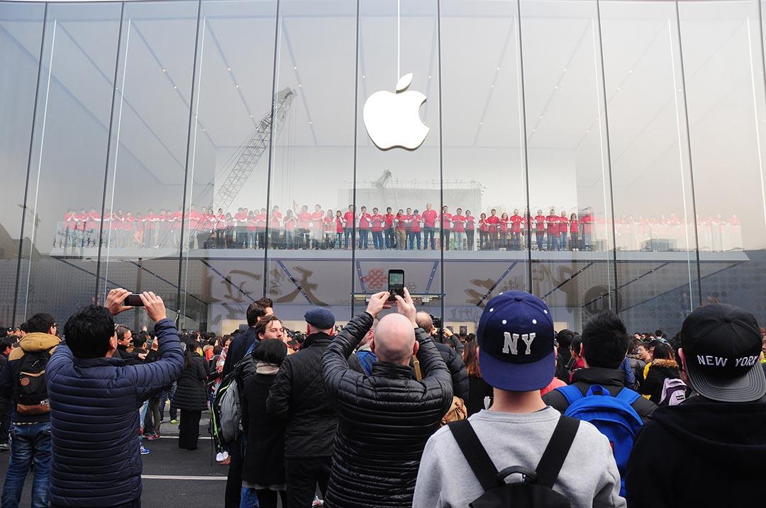 購買者在蘋果中國旗艦店外等待開售。攝 : ChinaFotoPress