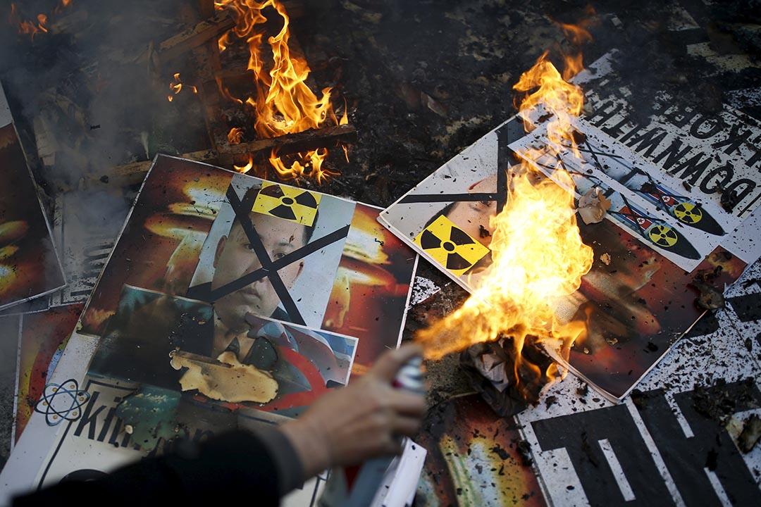 1月7日,南韓首爾,抗議北韓核試的示威者焚燒金正恩的相片。攝:Kim Hong-Ji/REUTERS