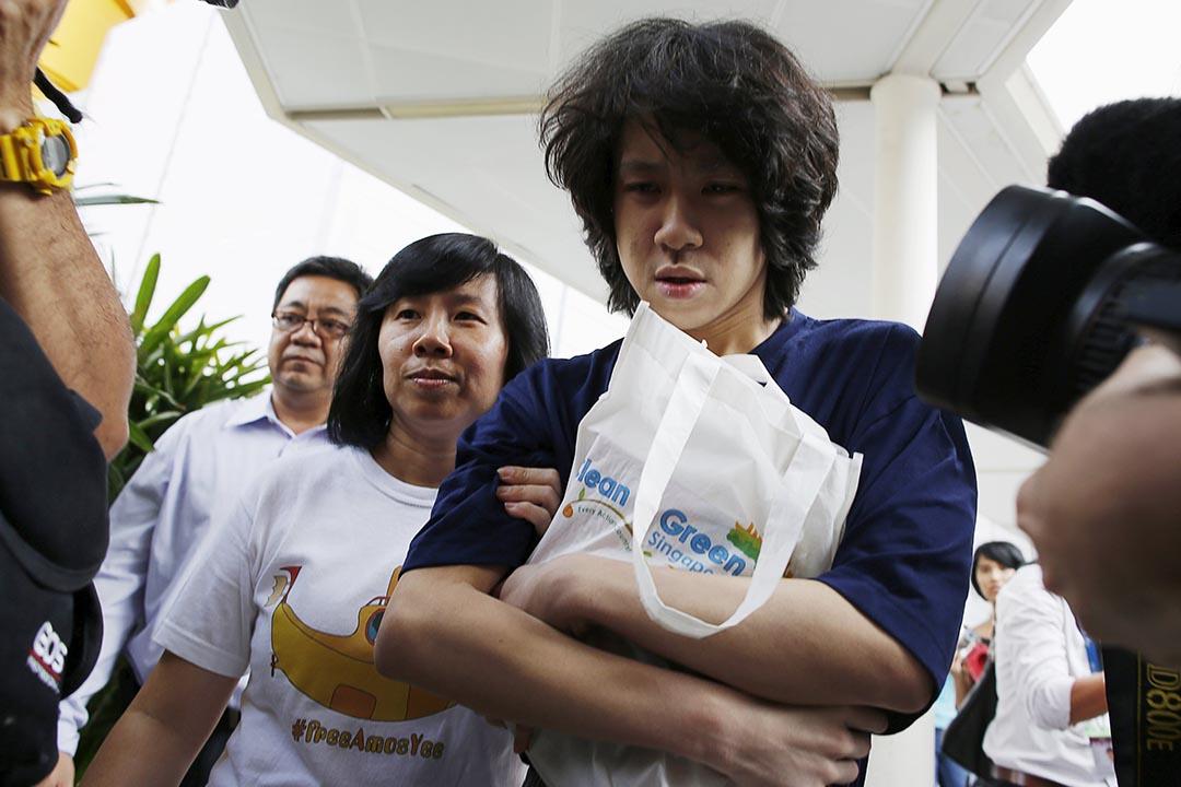 新加坡少年余澎杉因拍短片批評已故總理李光耀,被判發布猥褻圖片及蓄意傷害基督教徒感受兩項罪名成立,判處監禁4周。圖為余澎杉獲釋後與一同父母離開。 攝:Edgar Su/REUTERS