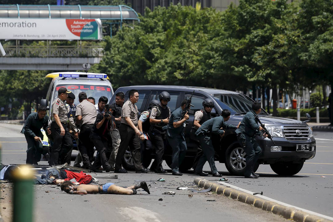 2016年1月14日,印尼時間約中午,首都雅加達一個商場發生爆炸,案發地點在聯合國辦公室及總統府附近。消息指,現場發生七次爆炸,期後警匪駁火,據報有大約10至14名槍手,傷者包括一名警察。攝: Beawiharta/REUTERS