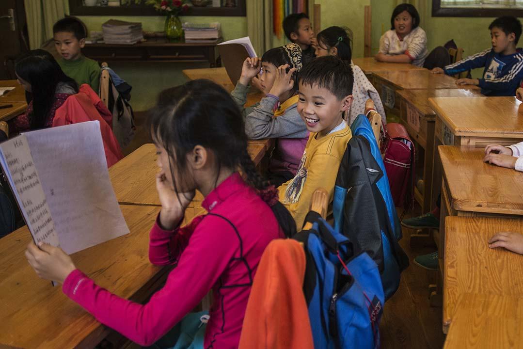 四年級的同學認真聽其他同學念自己寫的詩歌。攝:Wu Yue/端傳媒