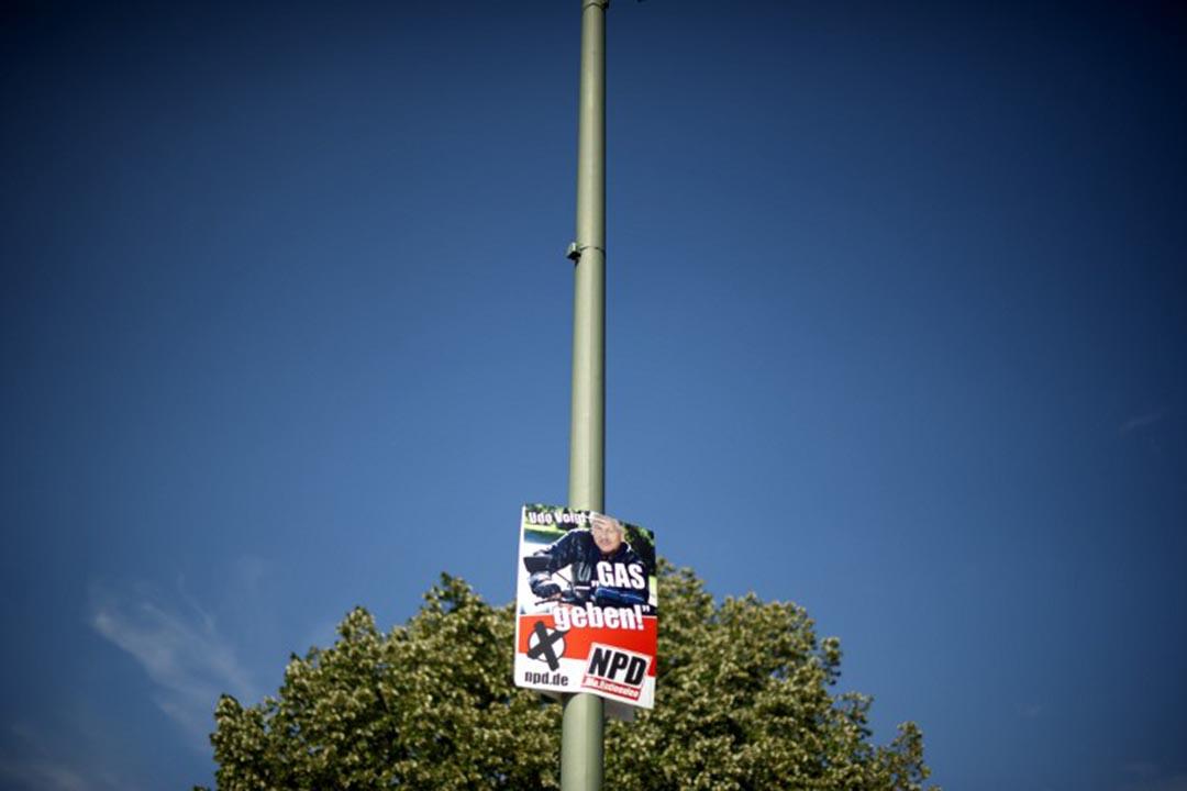 2011年NPD在在柏林邦議會的選舉期間在猶太博物館前面貼上寫著「油門全開!(Gas geben!)」海報。攝:ODD ANDERSEN / AFP