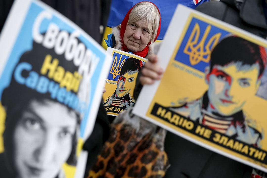 2016年3月22日,烏克蘭基輔,民眾在俄羅斯領事館外示威,抗議俄羅斯判處薩夫琴科謀殺罪名成立。攝:Gleb Garanich/REUTERS