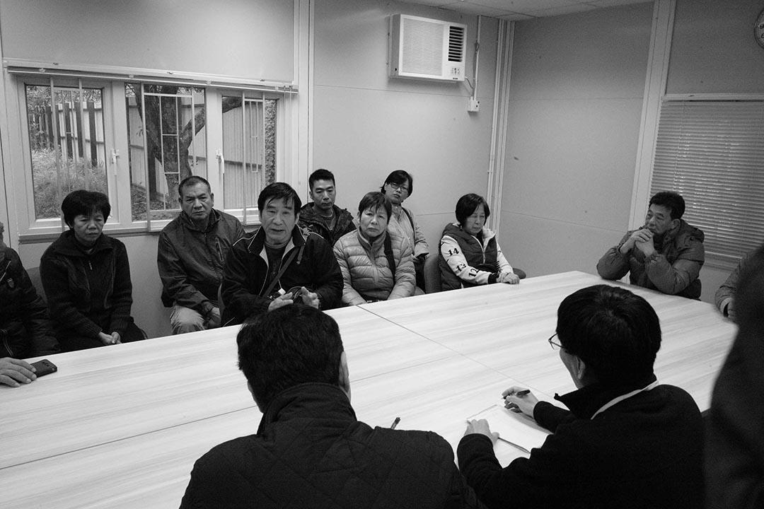 村民就鐵皮屋被拆一事召開會議。攝:林亦非/端傳媒