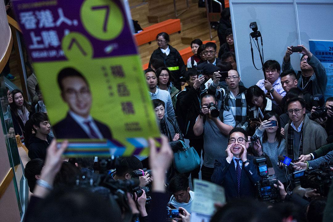 2016年2月28日,新界東立法會議席補選,公民黨楊岳橋於調景嶺選舉中心向在公眾席的支持者致謝。攝: 盧翊銘/端傳媒