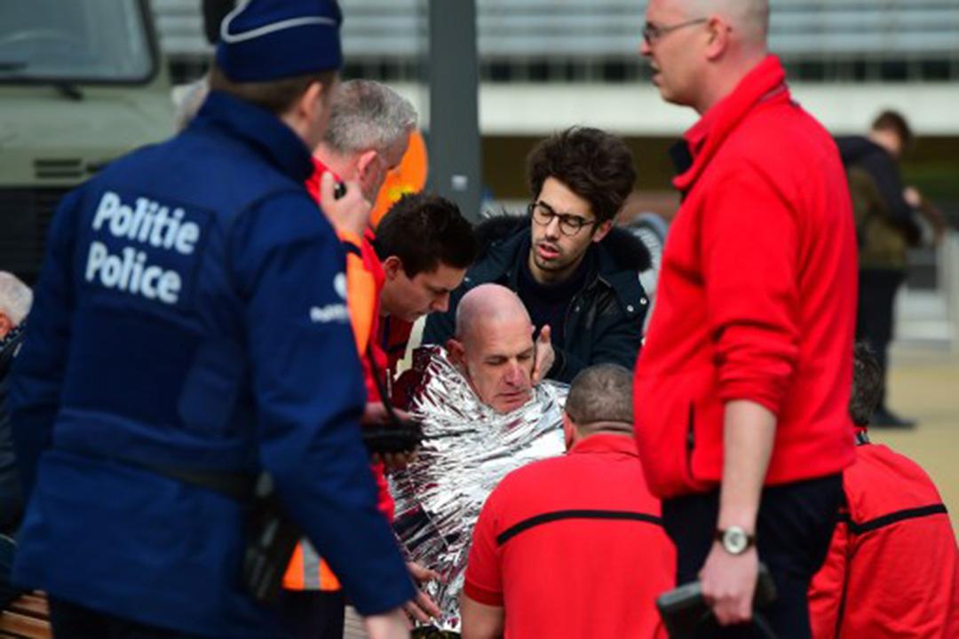 2016年3月22日,布魯塞爾國際機場爆炸發生後,傷者在接受救治。攝:EMMANUEL DUNAND / AFP