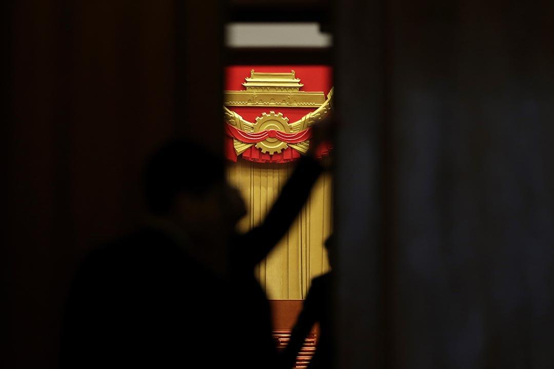 2016年3月16日,北京人民大會堂,工作人員在關閉大廳的大門。攝:Andy Wong/AP