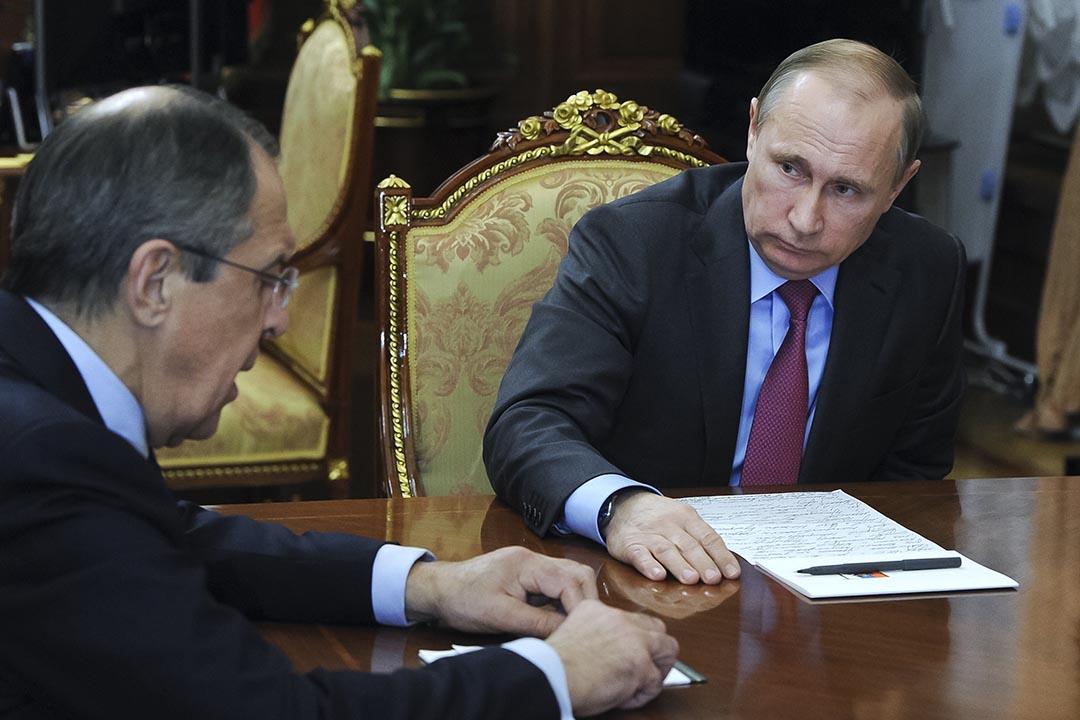 俄羅斯總統普京在克里姆林宮會見國防部長紹伊古(Sergey Shoigu)和外交部長拉夫羅夫(Sergei Lavrov) 。攝 : Mikhail Klimentyev/Sputnik, Kremlin Pool Photo via AP