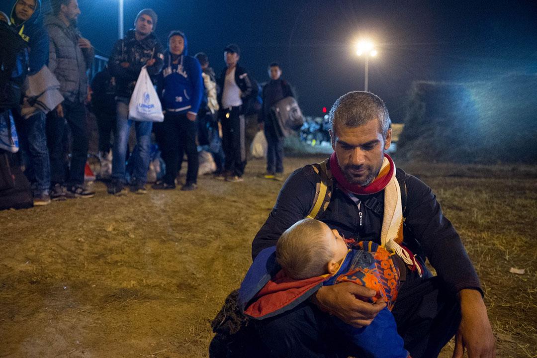 2015年10月7日,克羅地亞,一名難民抱著其兩歲的兒子。攝:Ashley Gilbertson / VII Photo for UNICEF