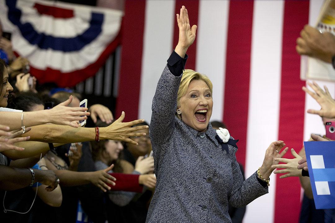 2016年3月14日,美國北卡羅萊納州,希拉莉在競選活動中與民眾揮手。攝:Carolyn Kaster/AP
