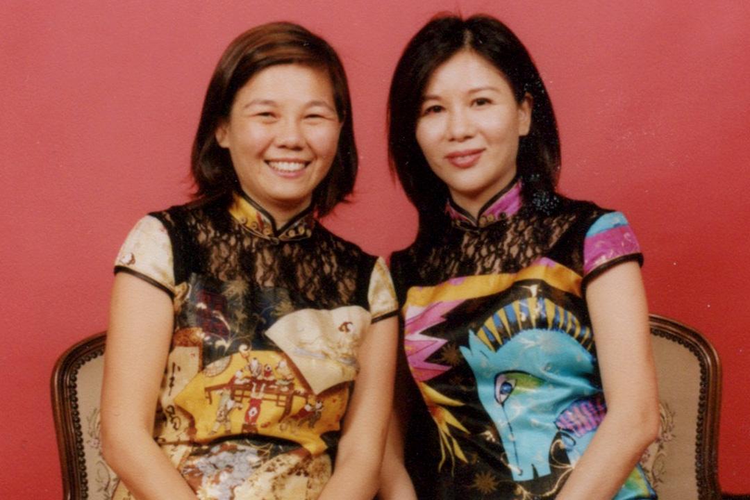 左:妹妹王惠芬;右:姐姐王惠敏(「家庭照相館」的影樓照)