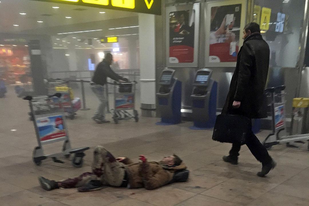 2016年3月22日,比利時,布魯塞爾機場發生爆炸,一名傷者躺臥地上。攝:Ketevan Kardava/ Georgian Public Broadcaster via AP