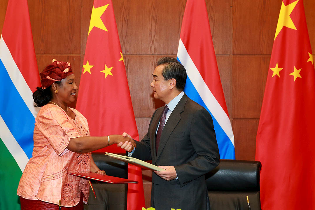 2016年3月17日,中國外交部部長王毅與甘比亞外長Neneh Macdouall舉行簽署儀式宣布恢復外交關係。攝:China Daily/REUTERS