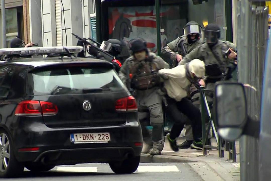 2016年3月18日,比利時布魯塞爾莫倫貝克地區,比利時警方拘捕了巴黎恐襲主犯主犯薩拉赫(Salah Abdeslam)。攝:VTM via AP