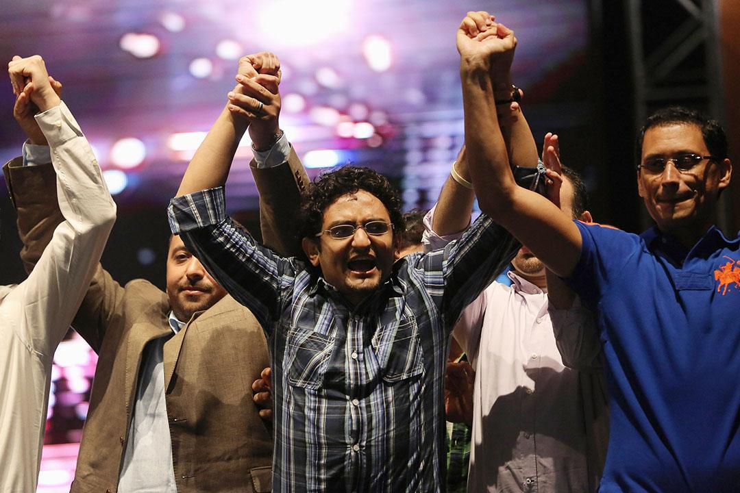 2012年5月18日,埃及開羅,時任谷歌(Google)中東及北非地區行銷經理戈寧(中)為埃及總統候選人阿卜杜勒·穆奈姆·阿布福圖拉票。攝:John Moore/GETTY