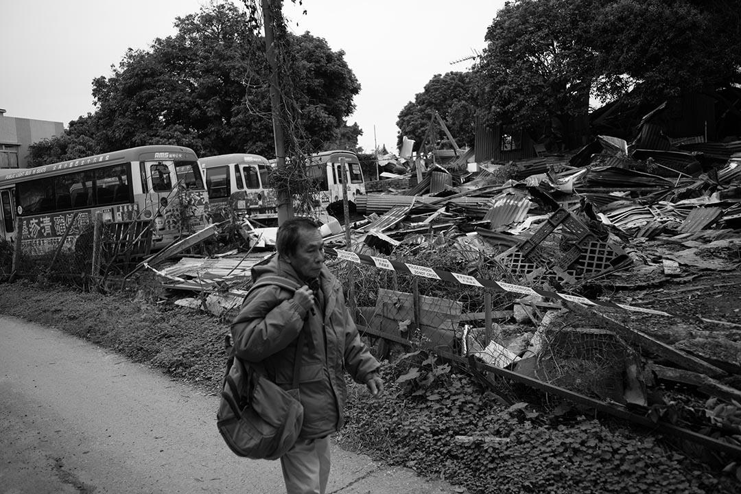 2016年3月15日,上水古洞波樓路的鐵皮屋被拆,圖為一名男子行經鐵皮屋廢墟。攝:林亦非/端傳媒