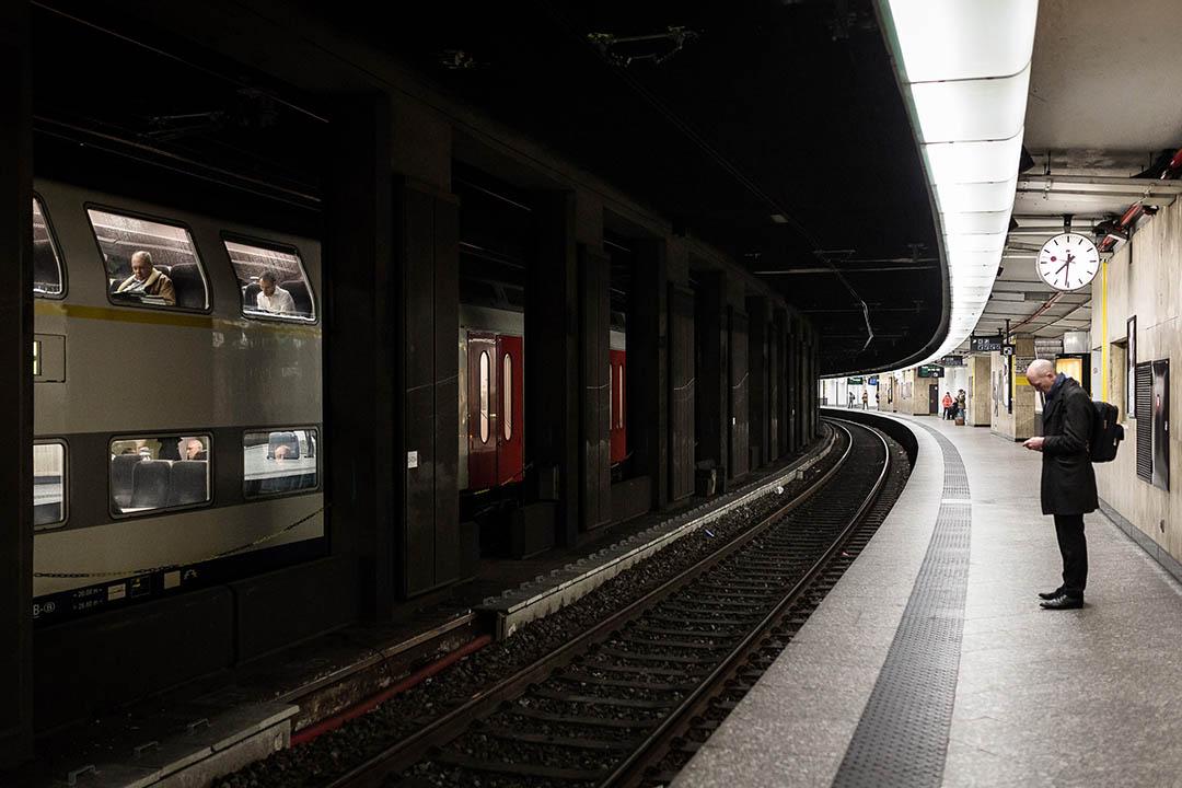 比利時布魯塞爾市區一個地鐵站於3月22日發生爆炸,市內交通一度暫停。圖為2016年3月23日,一名男子在布魯塞爾的中央車站月台等候地鐵。攝:Valentin Bianchi/AP