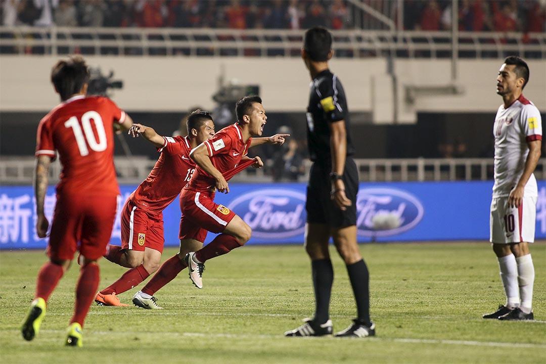 2018年世界杯亞洲區預選賽第2階段比賽最後一輪,中國隊在西安主場以2:0戰勝卡塔爾隊,晉級12強。國足球員黄博文進球後與隊友慶祝。攝:Stringer/REUTERS