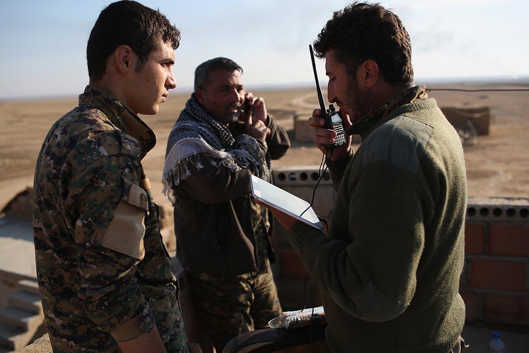 庫爾德指揮官指揮前線士兵作戰。 攝:John Moore/Getty Images