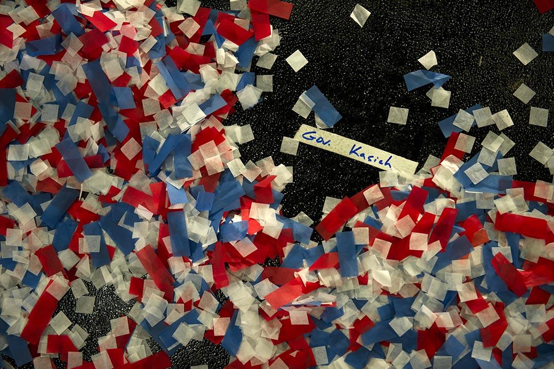 共和黨參選人之一俄州州長卡西奇演說後地下遺留下來的紙屑。攝 : Jeff Swensen/GETTY