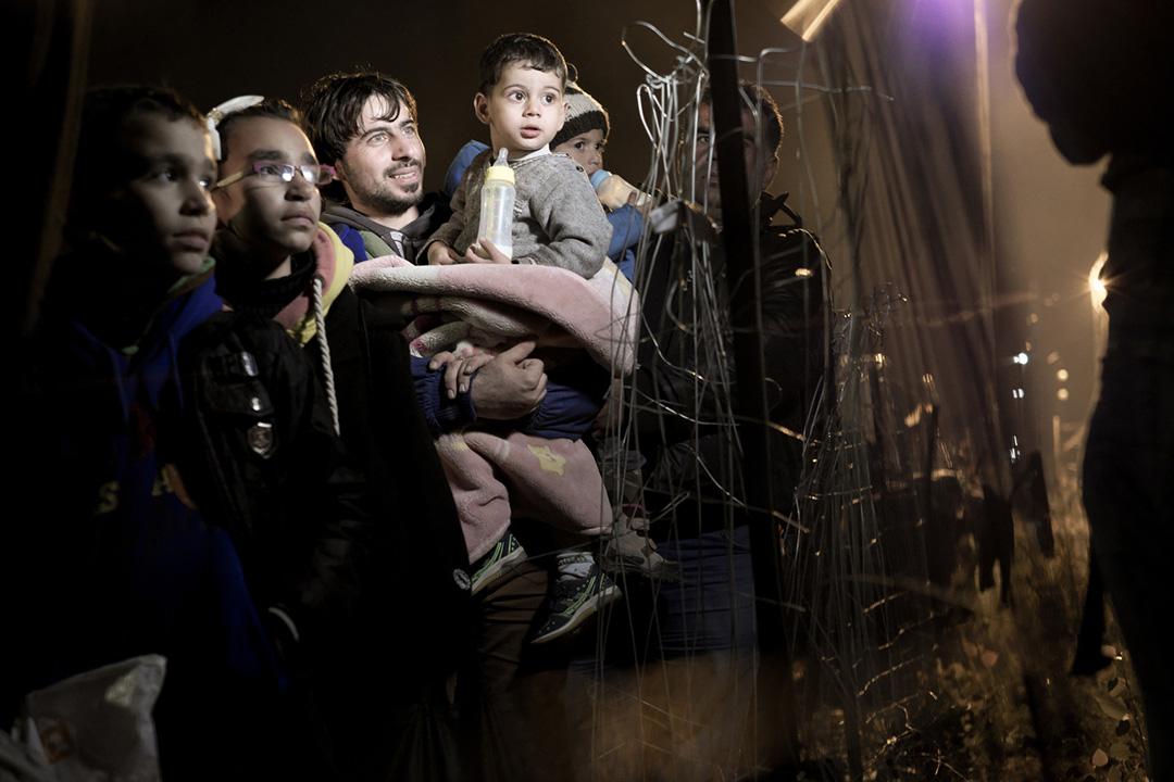 2015年11月26日,馬其頓 Idomeni,小鎮,敘利亞難民聚集於一圍牆外。攝:Ashley Gilbertson / VII Photo for UNICEF