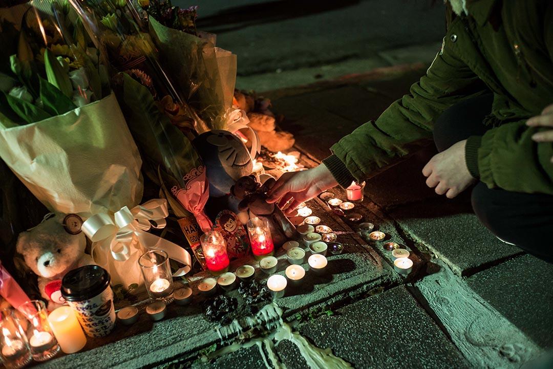 2016年3月28日,台灣,台北市內湖區環山路早上發生女童被斬頭命案,民眾當晚在案發地點獻花及點蠟燭以示哀悼。攝:Billy H.C. Kwok/端傳媒