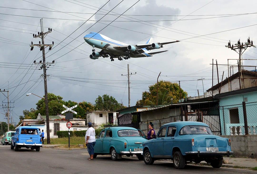 2016年3月20日,搭載美國總統奧巴馬的空軍一號飛越古巴首都哈瓦那的民居。