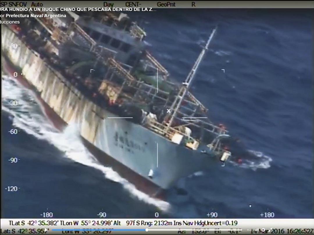 據阿根廷海岸衛隊公布,衞隊巡邏船於14日在阿根廷海域擊沉了一艘涉嫌非法捕魚的中國漁船。從相關視頻截圖可見,該漁船被擊中後進水翻側。攝:HO / PREFECTURA NAVAL / AFP