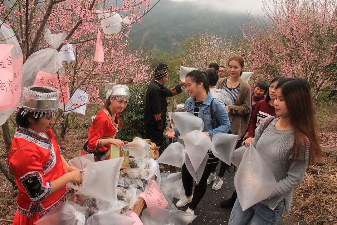 2016年3月19日,中國廣東清遠有居民向遊客售賣來自山上環境保護區域的空氣。攝:REUTERS