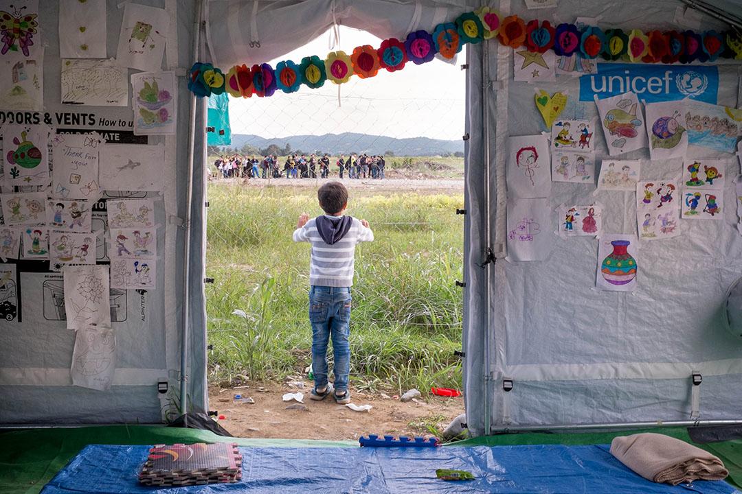 2015年10月2日,馬其頓,每天大約有五千至一萬人經過該位處馬其頓Gevgelija小鎮的難民中轉營。圖為一名孩童正於營內由聯合國兒童基金會設立的兒童中心玩樂。攝:Ashley Gilbertson / VII Photo for UNICEF