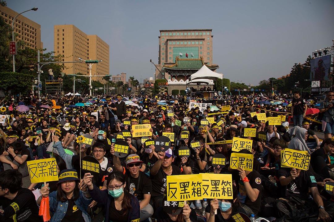 石之瑜:眾所周知蔡總統勝選的重要助力之一,是太陽花學運反對兩岸服貿協議談判黑箱,帶動風潮。攝 : Lam Yik Fei/Getty