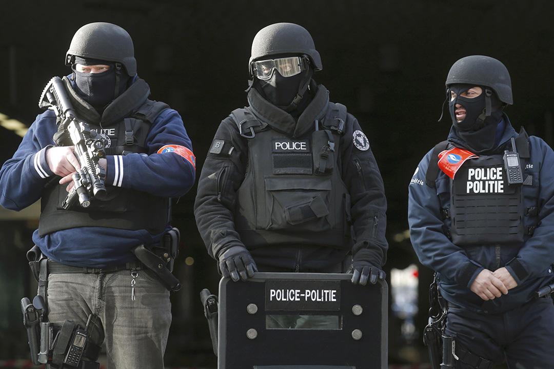 2016年3月22日,比利時布魯塞爾,警察於爆炸發生後,在最大火車站布魯塞爾南站站崗。攝:Christian Hartmann/REUTERS